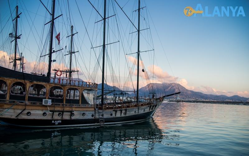Аланья, Турция фото города. Прогулочные корабли.