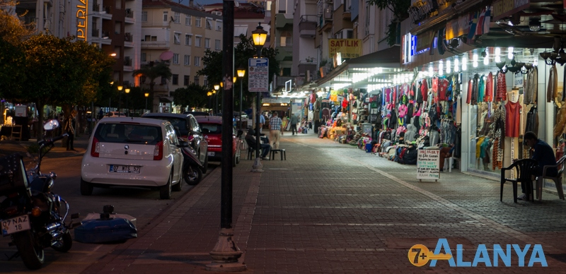 Аланья, Турция фото города. Улицы Аланьи ночью.