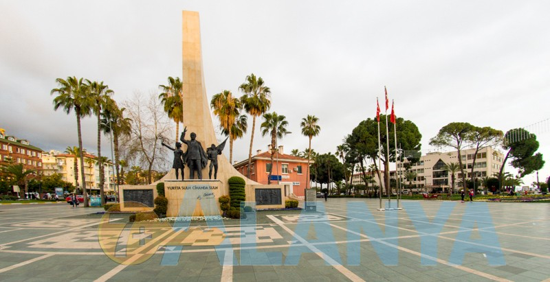 Аланья Турция фото. Центральная площадь. Памятник Ататюрку.
