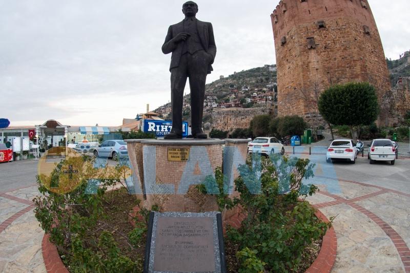 Аланья Турция фото. Центральная площадь. Памятник Ататюрку у Красной башни.