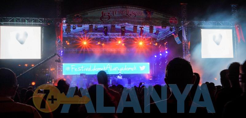 Аланья Турция фото. Центральная площадь. Фестиваль.