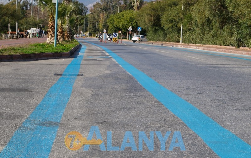 Аланья фото. Велосипеды в Аланье. Выделенная полоса для велосипедов на дороге в Аланье.