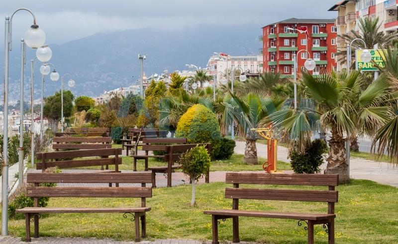 Аланья фото. Велосипеды в Аланье. Улицы Аланьи. Скамейки для отдыха вдоль побережья Средиземного моря.