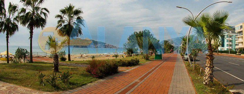 Аланья, Турция. Фото дороги с разметкой для слабовидящих.