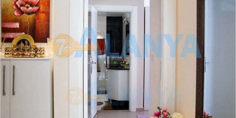 Недвижимость в Аланье. Квартира с мебелью и бытовой техникой. Прихожая.