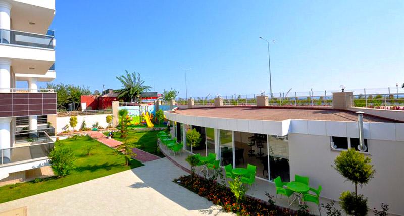 Недвижимость в Аланье, Кестель. Детская площадка и кафе на территории комплекса.