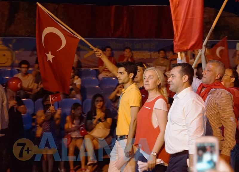 Турция, Аланья. Фото. Праздники. День молодёжи и спорта. Мэр Аланьи Adem Murat Yücel на параде.