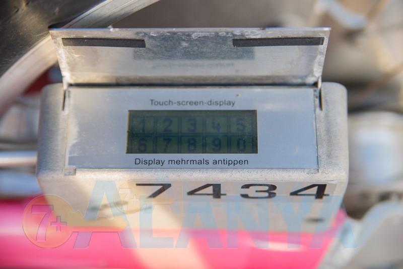 Аланья. Call a bike. Фото инструкиця по использованию системы. Сенсорный экран электронного замка на велосипеде.