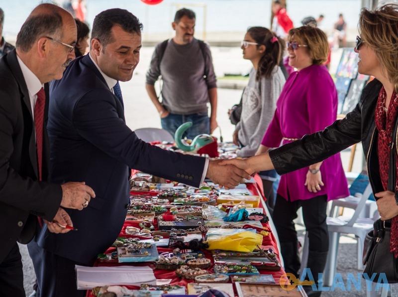 Аланья, Турция фото города. День детей, выставка детского творчества. Мэр Аланьи.