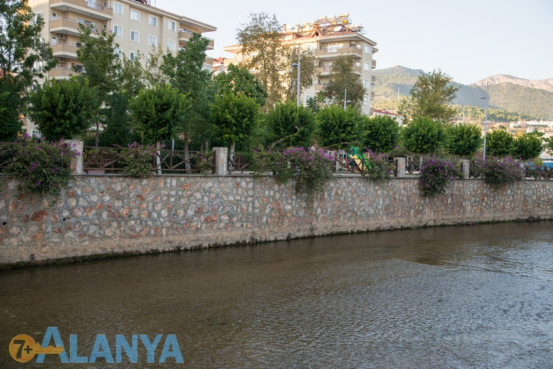 Река Оба.  Аланья, Турция фото города. Дом у реки, Аланья.